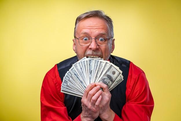 Senior mann kerl gewann die lotterie, fan von geld in der nähe gesicht des alten mannes.
