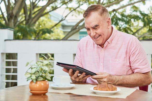 Senior mann liest nachrichten