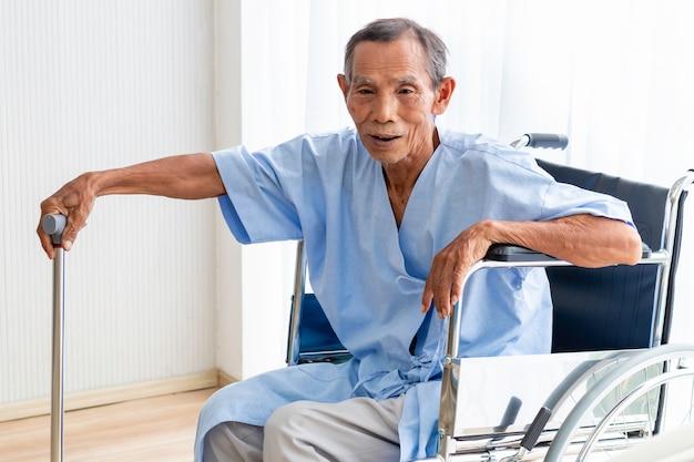 Senior mann patient in seinem rollstuhl im krankenhaus.