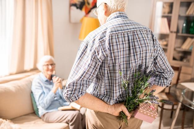 Senior mann überraschende frau mit geschenk