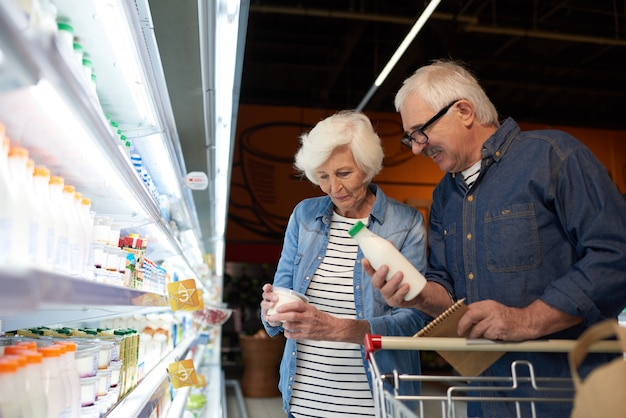 Senior paar einkaufen im supermarkt