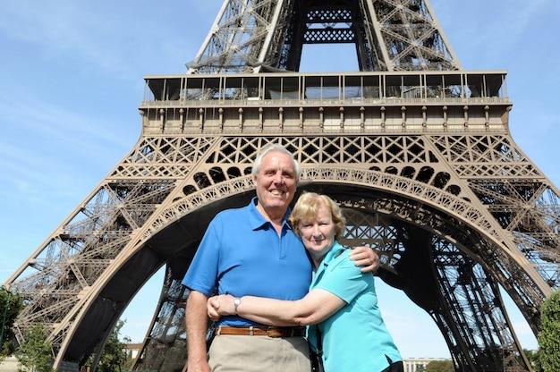 Senior paar hält vor eiffelturm in paris