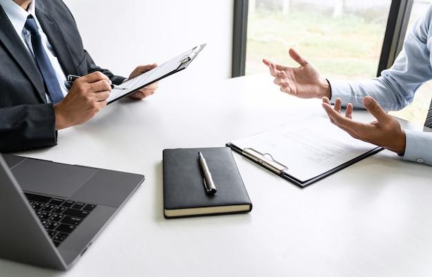 Senior selection committee manager, der dem bewerber fragen zur arbeitserfahrung stellt