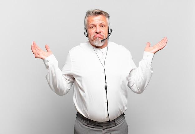 Senior telemarketer, der verwirrt und verwirrt ist und zweifelt