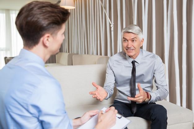 Senior-unternehmer bietet vorschlag an young man