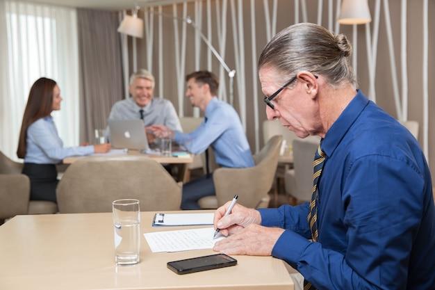 Senior-unternehmer und teamarbeit in cafe