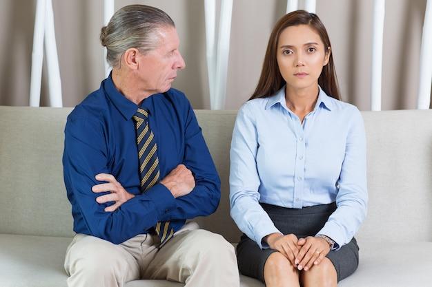Senior-unternehmer und weiblichen kollegen auf sofa