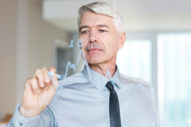 Senior-unternehmer zeichnung diagramm auf glasschirm