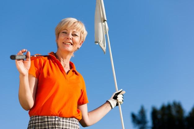 Senior weiblicher golfspieler