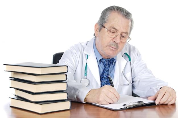 Senioren behandeln ein schreiben über weißem hintergrund