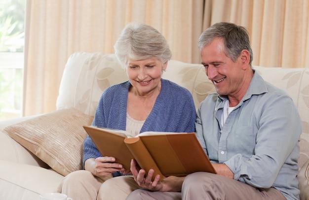 Senioren, die ihr fotoalbum betrachten