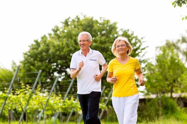 Senioren, die in der natur laufen und sport treiben