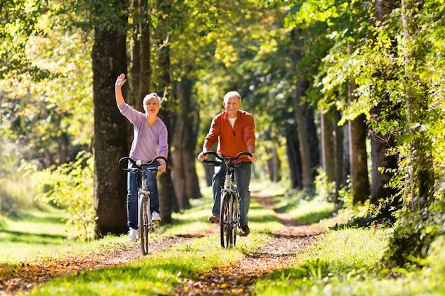 Senioren, die mit fahrrad trainieren