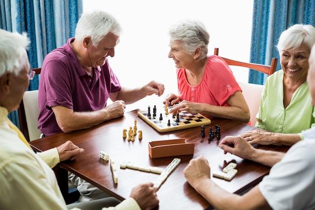 Senioren, die spiele spielen