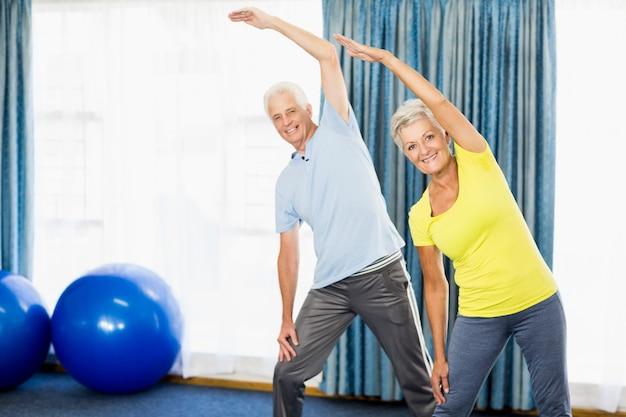 Senioren, die sportübungen machen