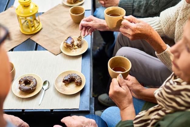 Senioren, die teezeit genießen
