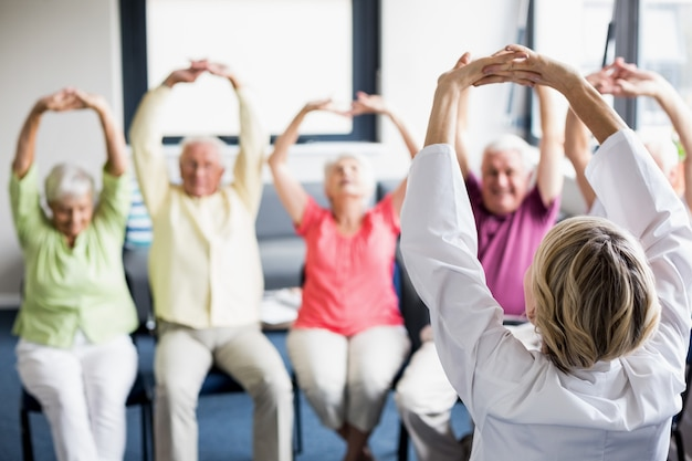 Senioren, die übungen machen