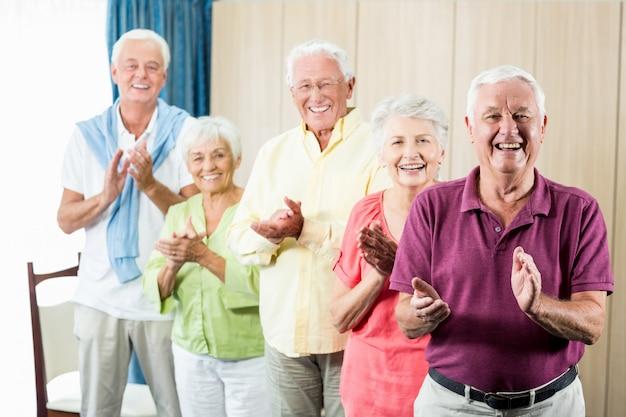 Senioren klatschen in die hände