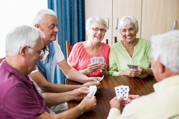 Senioren spielen karten zusammen