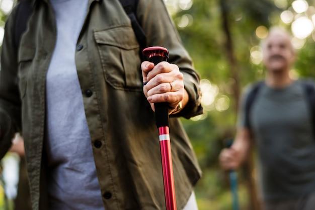 Senioren-trekking in einem wald