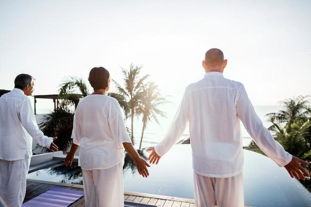 Senioren üben yoga