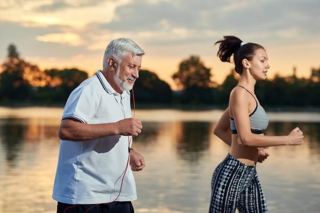 Senioren und junge generationen trainieren abends an der frischen luft.