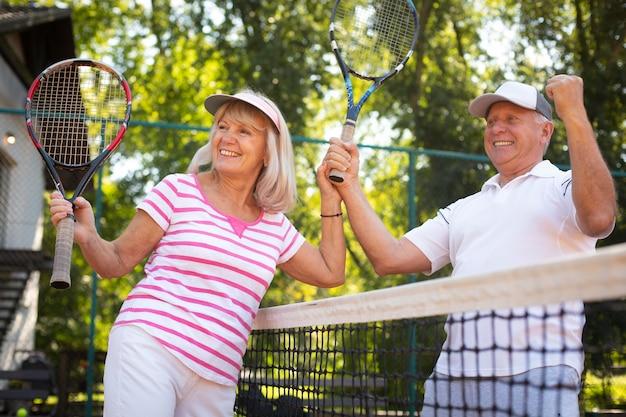 Seniorenfreunde mit mittlerem schuss smiley