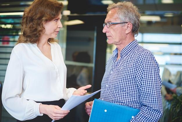 Seniorenpaargeschäft mit dokumenten