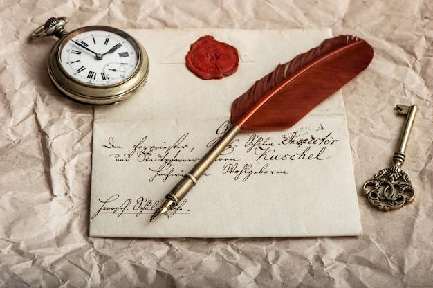 Sentimentaler nostalgischer hintergrund mit altem brief und vintage-tintenfeder. undefinierter text. nahaufnahme, selektiver fokus