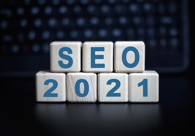 Seo 2021 konzepttext in holzwürfeln auf einer schwarzen tastatur.