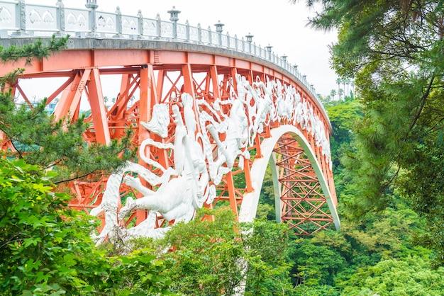 Seonim-gyo-brücke bei cheonjeyeon-wasserfällen in jeju isaland