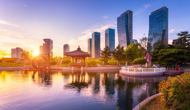 Seoul stadt mit schönem sonnenuntergang, central park im songdo international business district, incheon südkorea.