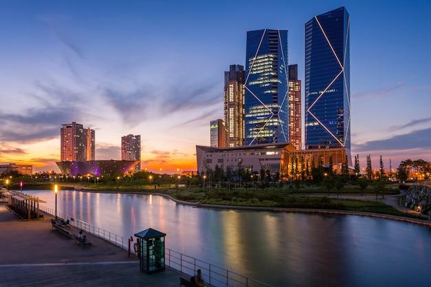 Seoul stadt mit schönen nach sonnenuntergang, central park im songdo international business district, incheon südkorea.