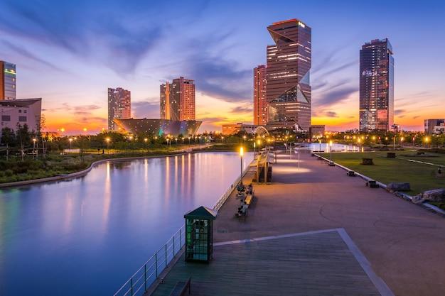Seoul stadt mit schönen nach sonnenuntergang, central park im songdo international business district