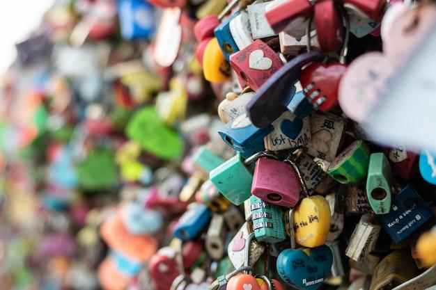 Seoul, südkorea - 17. september 2018: vielfalt des verschlossenen schlüssels an turm n seoul auf dem namsan-berg, dass leute glauben, dass sie die für immer liebe haben, wenn sie den paarnamen darauf schreiben