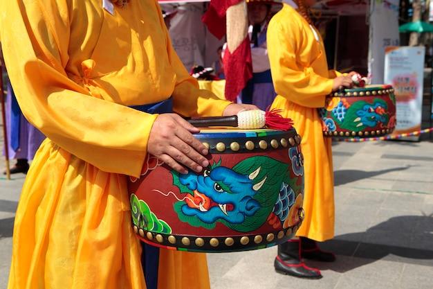 Seoul, südkorea, traditionelles wechseln der königlichen wachtrommel
