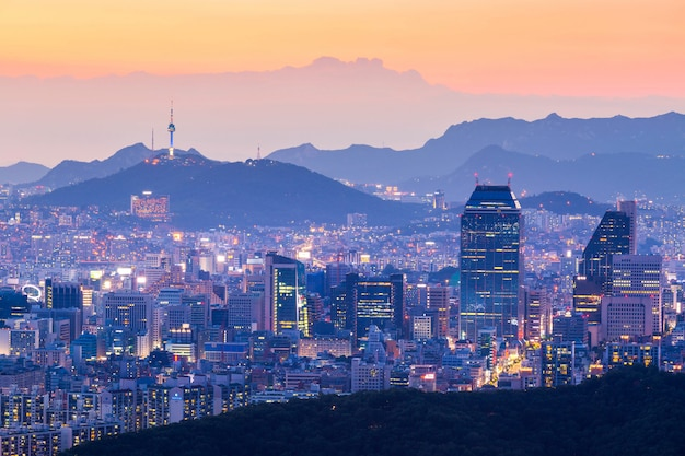 Seoul turm und wolkenkratzer, schöne stadt der lichter in der nacht, seoul, südkorea.