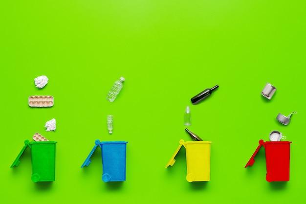 Separate mülleimer aus metall und papier, kunststoff und glas flach legen