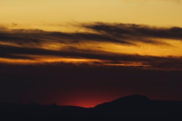Sepia bewölkter himmel bei sonnenuntergang