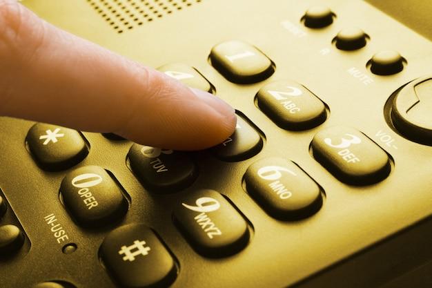 Sepia-telefontastatur mit fingerdruck