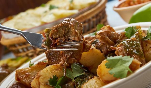 Serbisches gulasch-paprikasch, balkanküche, traditionelle verschiedene gerichte, top view.ade mit zwiebeln, olivenöl, lamm, lorbeerblättern, tomatenmark, wasser, paprika, rotem chili.