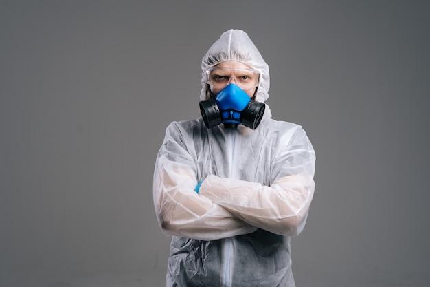 Seriöser epidemiologe in schutzbrille und atemschutzmaske