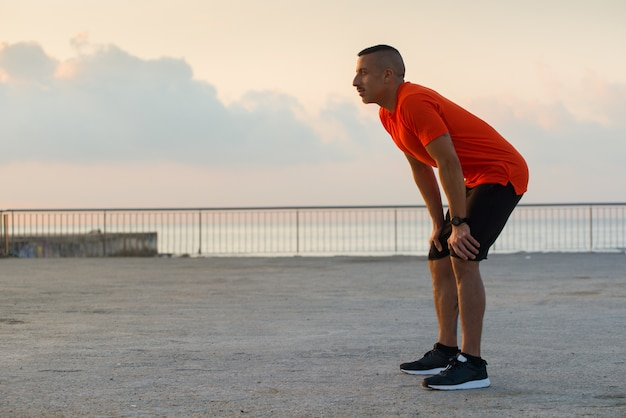 Serious athlete erholung atem nach dem joggen