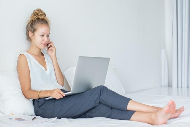 Serious geschäftsfrau gespräch am telefon im hotel