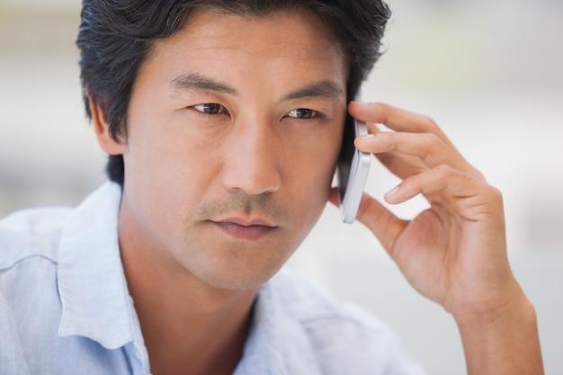 Serious man bei einem anruf