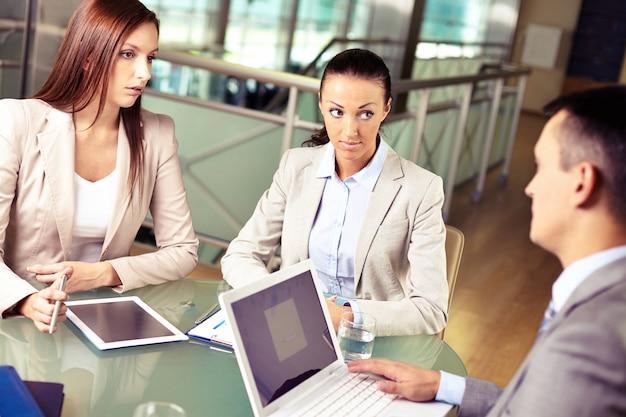 Serious-manager mitarbeiter hören