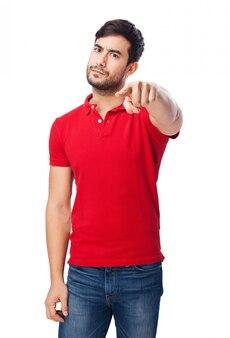 Serious mann mit roten t-shirt, der auf etwas