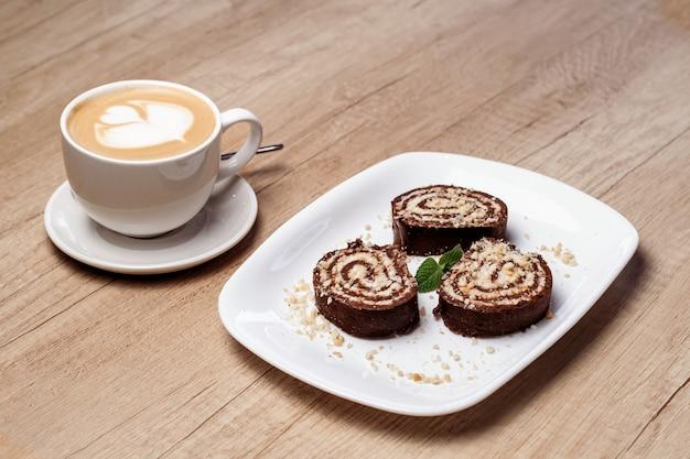 Serpentinenplätzchen und kaffee. horizontales foto.