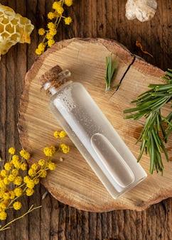 Serumflasche und pflanzenansicht von oben