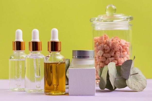 Serumflaschen und glas mit kieselsteinen